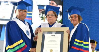 UAPA reconoce Alejandrina Germán durante graduación de mil 345 nuevos profesionales