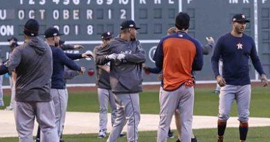 Houston refuerza su bullpen para la serie ante Boston