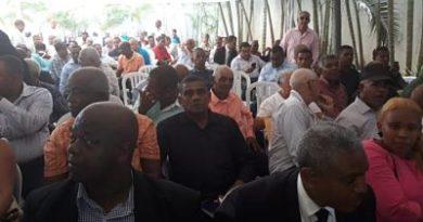 Leonel Fernández continúa encuentro con dirigentes