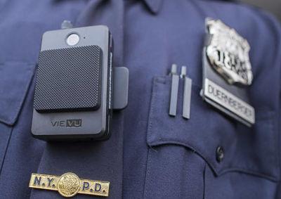 Cámara corporal explota en pecho de policía; retiran 3000 unidades