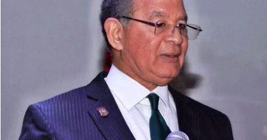 Wilson Gómez reitera críticas por uso al revés de símbolos patrios en RD