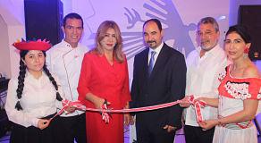 Inauguran restaurante de comida peruana