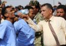Fusilan en público a dos hombres que violaron y mataron a un niño en Yemen En este caso una mujer también fue condenada a la pena de muerte, pero su ejecución se ha aplazado debido a su maternidad.  En Yemen, dos hombres acusados de secuestrar, violar y asesinar a un niño han sido ejecutados públicamente por fusilamiento.  La ejecución se llevó a cabo la semana pasada en una plaza de la ciudad de Adén, en presencia de cientos de personas. La justicia yemení condenó a muerte a Wadah Refat y Mohamed Khaled, de 28 y 31 años, por su horripilante crimen contra Mohamed Saad, de 12 años.  En mayo pasado, el menor estaba jugando en la zona donde vivía uno de los asesinos, cuando fue interceptado por la pareja de pedófilos. El niño fue arrastrado a una casa, donde llevaron a cabo el ataque.  «Después de la violación no pudieron silenciar los gritos del niño, que pidió ayuda, así que uno de ellos tomó un cuchillo y le cortó la garganta», comunicó un juez al leer la sentencia.  Por ese caso también fue condenada una mujer, familiar de uno de los agresores, que ayudó a descuartizar el cadáver del niño, aunque su ejecución ha sido aplazada debido a su maternidad y está previsto que se lleve a cabo una vez finalizado el periodo de lactancia.  Yemen, uno de los países con tasas de ejecución per cápita más altas del mundo, aplica la ley islámica o sharía, que castiga varios crímenes con la pena de muerte. El código penal yemení contempla como alternativas de ejecución la lapidación y la decapitación, aunque el fusilamiento es el método más habitual para aplicar la pena capital.