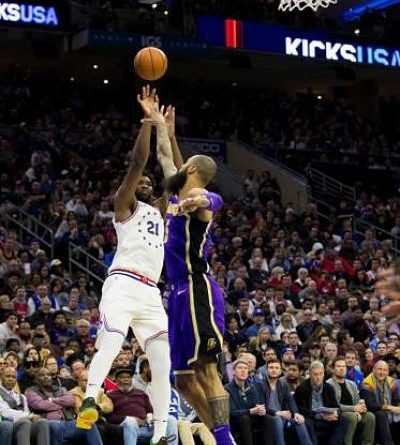 Embiid le gana el duelo a LeBron en triunfo de Sixers sobre Lakers
