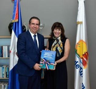 Ministro de Turismo recibe visita de embajadora de EE.UU
