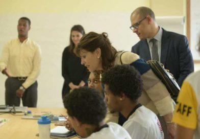 Embajadora EE.UU visita Centro Cultural Mauricio Báez para dar seguimiento al programa Next Level