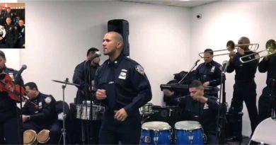 """""""La Jara Band"""" una orquesta integrada por policías dominicanos que mezclan merengue, bachata y salsa con el uniforme"""