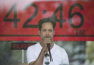 YA CASI LLEGA A LA META: Carlos Silver se dispone a batir récord Guinness de más tiempo seguido cantando