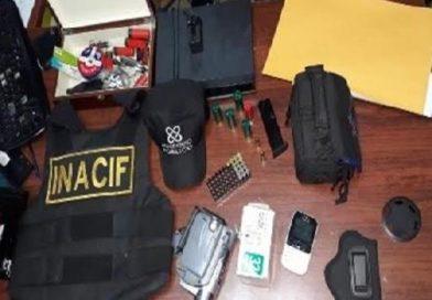 ATENCION : Ocupan armas, drogas y vehículo con placa oficial en una casa