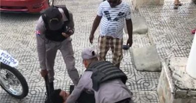 LE PARTEN CABEZA : Policias le dan varios cachazos a un hombre se resistía ser apresado