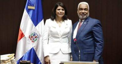 Cámara de Diputados juramente a sustituta de Elías SerulleLourdes Josefina Aybar