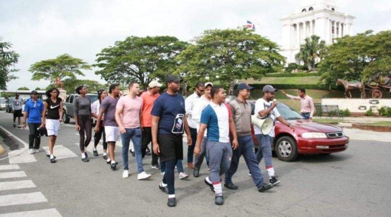 Jóvenes salen a pie de Santiago hacia el Congreso en demanda se respete la Constitución