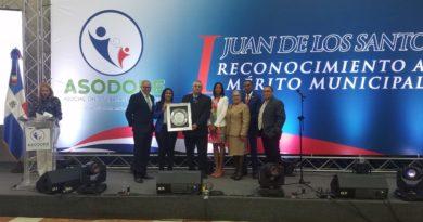 Entregan reconocimiento a Julio Mariñez por sus aportes a la Municipalidad.