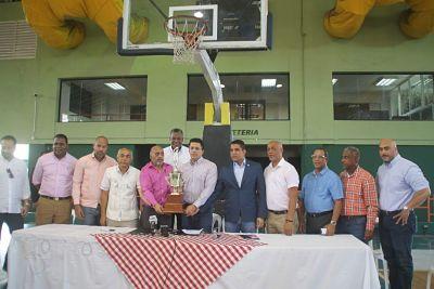 David Collado entrega copa para Basket Superior del DN