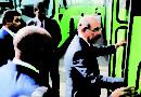 Presidente entrega a Omsa autobuses con rampas